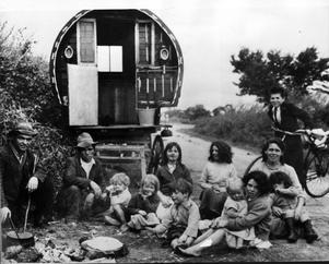 Resandefolk framför en husvagn i Kerry på Irland. Trots många försök att hjälpa de icke bofasta fanns det i slutet på 1960-talet cirka 6 000 irländare som levde som den här familjen. De flesta var inte läskunniga.