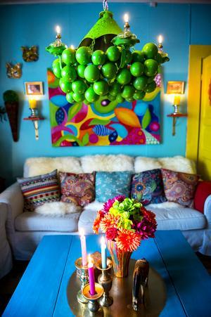 Lampan i vardagsrummet har fått byta färg några gånger. Just nu funkar knallgrönt bäst.