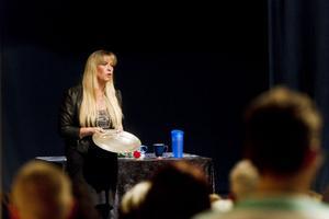 120 personer kom för att delta i storseansen med Jill Peterson på Hudiksvalls teater.