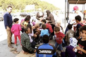 Hozan Jahour och Maria Westin delar ut kläder till barnen i hamnen.