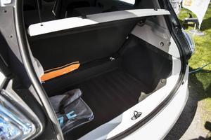 Bildtext 10: Eftersom batterierna ligger i bilens golv är bagageutrymmet stort som hos en vanlig bil i den här klassen och ryggstödet bak går att fälla för att ge ännu mera utrymme.    Foto: Pontus Lundahl/TT