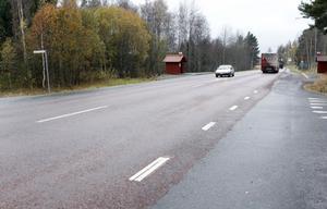 Vid busshållsplatsen Tjock-Anders på Hudiksvallsvägen kommer Trafikverket att göra trafikmiljön säkrare för gående genom att bland annat bygga refuger.