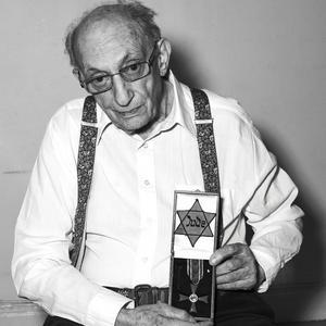100 överlevare av Förintelsen fotograferade av Mikael Jansson, årets stipendiat i Micael Bindefeld stiftelse.
