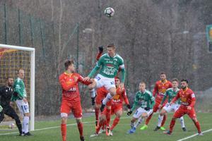 Johan Eklund hotar på en hörna.