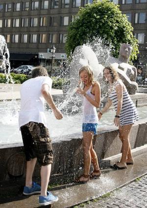 Sofia Engberg och Helena Skoglund, båda 15 år, utmanade kompisen Alexander Koff, 16, på vattenkrig.