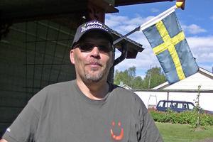 Michael Herbertsson med Järnvägsapeln i bakgrunden