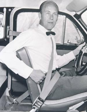 Mannen som uppfann trepunktsbältet, Nils Bohlin, testar sin egen uppfinning 1959. Foto: Volvo