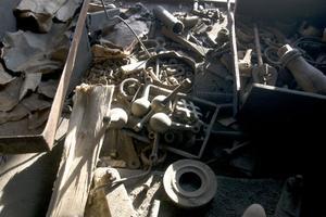 I smedjan ligger massor av grejor fortfarande kvar som minner av den verksahmet som här bedrevs under många år.