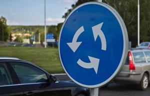 Det är inte krav på att blinka när du kör in i en rondell.
