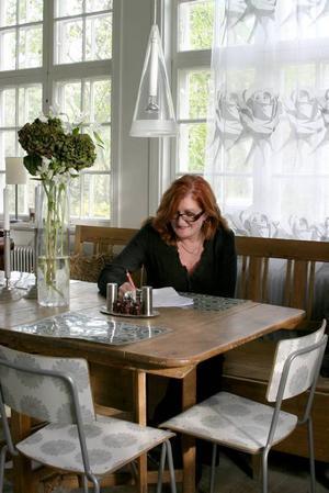 I köket har hon vitt och naturfärger som kontrast till det färgstarka.