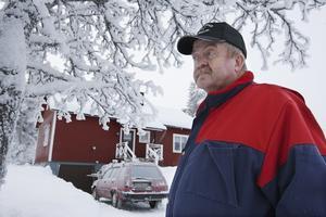 """""""Det var rejält utkylt inne i stugan i morse"""", säger Sören Söderqvist. Han                  undrar varför inte Jämtkraft informerade honom om det planerade strömavbrottet. Foto: Jan Andersson"""
