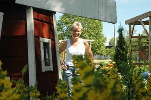 UPPRUSTAD KVARN. När Inger Davidsson flyttade in på Blomstergatan för sju år sedan var kvarnen förfallen. Numera snurrar den på dagen och lyser upp trädgården på kvällen.