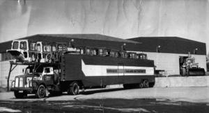 Hara tillverkade på sin tid 45000 traktorhytter. 15000 av dessa gick på järnväg till olika exportländer. 30000 lät Kurt Jonsson transportera till Nyköping, Eskilstuna och Trollhättan. Foto: Okänd