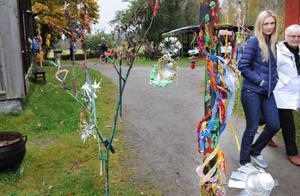 Längs entrén till Träslottet kunde besökare se färgglad elevkonst.