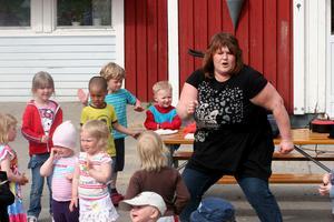 Ingela Forslin är förskolans  egen rockdrottning. Barnen försökte ,men lyckades inte hänga med helt i svängarna.