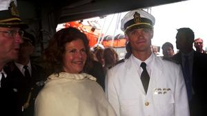 2001. Prins Carl Philip kommer hem till Sverige efter sin långresa med HMS Carlskrona.Här med mamma Silvia och pappa kungen.