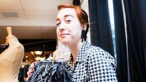 Josefine Svednell i Hallsthammar har tillverkat en väska av gamla cykelslangar. Hon ställer ut på Hallstaparkens kvinnomässa på internationella kvinnodagen.