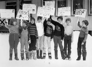1982 var det demonstrationer mot skolpolitiken i Ragunda. Barnen i Höglunda protesterade mot planerna på att stänga deras skola. På bilden Ann Larsson, Anna Lindström, Inga-Lill Gyllander, Leif Lundqvist, Eilert Nordborg, Kenneth Larsson, Jan-Ove Palm och Roger Johansson.
