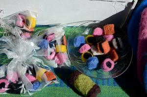 Icke ätbart. Siv Kindgren sålde tovat hantverk, bland annat i form av godis och kakor.