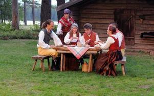 Vännerna kommer på besök och har med sig friaren Olov. Foto: Sven Thomsen