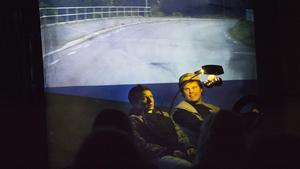 Teaterduon Teatertropos, lyfter fram viktiga ämnen om identitet och psykisk ohälsa i den moderna pjäsen It's All Too Beautiful. På bild syns bästisarna Daniel (Lina Petersén) och Victor (Conny Petersén) i en scen där de kör EPA-traktor genom hemstaden Fagersta.