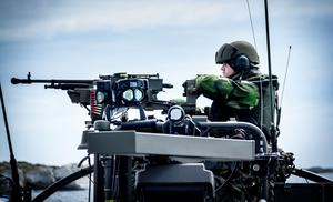 Mellan den 5 och 9 juni genomförde Andra amfibiebataljonen en större övning i Roslagens skärgård. Här är det kulspruteskytten på en stridsbåt 90 som håller utkik.