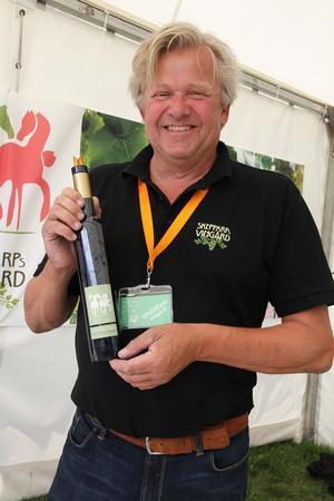 Skepparps Vingård drivs sedan 2011 av Bengt Åkesson som även tillsammans med sin syster driver det framgångsrika äppelföretaget i Kivik. Till hans meritlista hör att han redan för drygt 30 år sedan skapade det mousserande vinet Amadeus, på importerade druvor, som finns kvar än i dag. Nu producerar han två vita viner och ett rosévin – men inom några år lanseras även mousserande vin på svenska druvor.