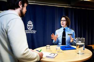 Länspolismästare Christina Forsberg förklarar beslutet för GD:s reporter Johan Ronge.