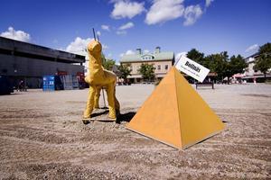 Under en natt i mitten av juli 2009 placerar någon ut en kamel och en pyramid med texten