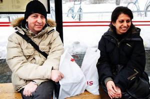 Ali Hisham, Lit, och Rowida Aldirani, Torvalla, väntar på att ta bussen.Ali Hisham handlar läsk, chips och kakor varje vecka.Alkohol däremot aldrig.Skulle du kunna handla mindre av godis och läsk?– Ja, det skulle jag kunna göra.Rowida Aldirani handlar kakor, chips, godis och så vidare med olika mellanrum säger hon. Det brukar bli ungefär 200–300 kronor per vecka på liknande varor. Alkohol dricker hon lite av.Det skulle gå att dra ned på allt, utom på en sak – choklad.– Jag tycker mycket om choklad, säger Rowida Aldirani.