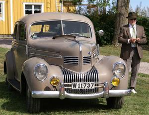 Framröstad som Bästa klädsel, Stefan Kåll, Brunnbäck med sin Chrysler Royal 1939.
