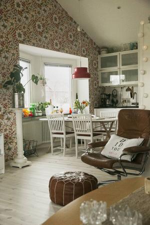 Mattias och Jenny valde att ta bort innertaket i vardagsrum och kök. Det skapade en känsla av rymd.