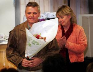 Nu vill Olle Olson veta vad kommunen menade med ursäkten och blommorna som överlämnades av kommunchefen Britt Inger Stein-Öhrnell.