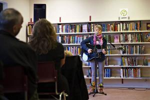 Halvett på biblioteket klev Tanja Nordfjell, 22-årig same från Undersåker, fram till mikrofonen med en akustisk gitarr under armen. Med både eget material och gamla traditionella jojkar fängslade hon publiken från första ton. – Många säger att jojken är den samiska musiken. Jag skulle hellre jämföra den med dagens kameror. När vi ser något vackert eller något vi vill minnas så fotar vi det. Så fungerar också jojken. Man jojkar platser, man jojkar personer och kan på så sätt komma tillbaka till minnen och känslor, berättade Tanja. Tanja sjöng, jojkade och spelade därefter om Härjångsstöten, renhjorden, sorgen efter att hennes farmor gått bort, tåget, raggarpojkar från Torrajaur och till och med Kronprinsessan Victoria. Senare under onsdagen spelade hon i Klintaberg Valsjöbyn.