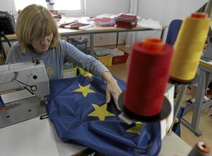 Närmare EU. EU-flaggor sys i Serbiens huvudstad Belgrad. EU har allt att vinna på att ett välfungerande Serbien så småningom kommer med som ny medlemsstat, skriver Olle Ludvigsson. Arkivfoto: Darko Vojinovic/TT-AP
