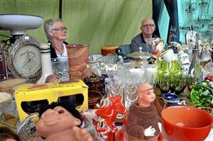 Fritidsintresse. Birgitta Johansson från Skövde har utställandet på antikmässor som en hobby, här tillsammans med sambon Lennart Blomkvist.