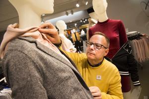Bosse Eriksson har varit butikschef för Hennes & Mauritz i Västerås city i cirka 25 år. Han tog över chefsrollen efter Eivor Björkstedt, syster till grundaren Erling Persson. Det betyder att klädjättens första butik enbart haft två butikschefer – under 70 år.