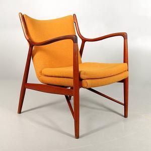 Här är fåtöljen av den danska designern Finn Juhl.
