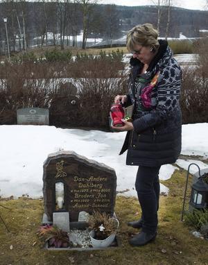 För Eva är det en tröst att ha en grav att gå till.