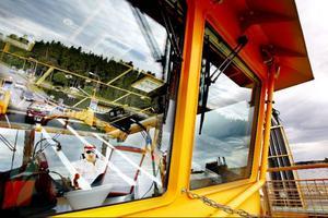 """Gunnar Norelius är befälhavare ombord på Fröja, ett arbete han haft i mer än 20 år. """"Det här är det bästa jobbet jag kan tänka mig. Knappast någon har lika bra utsikt från sin arbetsplats som jag"""", säger han.Foto: Henrik Flygare"""