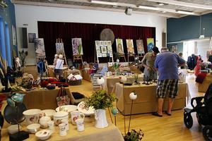 Utställningen lockar flera besökare trots det varma vädret.
