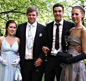 """äntligen! Emma Sjöblom, Adam Kling, Robin Nordgren och Erika Svedin såg fram emot balen. """"Suveränt – känns det. Jag har varit avundsjuk på mina två äldre syskon när de har tagit studenten och gått på bal och nu är det min tur"""", säger Robin Nordgren."""