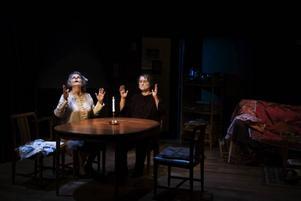 """Spiritism i Gävle. Marie Göranzon och Gunilla Nyroos åkallar andarna i Dramatenföreställningen """"Gäckanden""""."""