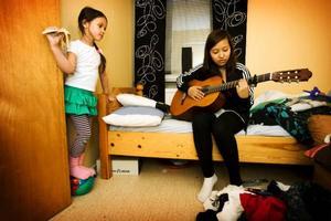 Gitarr är ett av Sonys fritidsintressen. Fotboll och dans tränar hon flera gånger i veckan. Sedan hinner hon med att fotografera också.