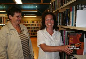 Semestertipset. Britt-Marie Jont och Sussie Brandt på biblioteket rekommenderar bland annat författaren Stieg Larsson som läsning i sommar.