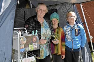 Unga besökare. Nisse Ring och Adam Axelsson gillade Eva Ryds träd gjorda av ståltråd och ädelstenar. Det är första gången Eva deltar i Konstrundan och hoppas på många besök i helgen.