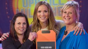 Anna-Karin Kindmark och Susanne Källberg flankerar vinnaren Marie Serneholt med vinstbeskedet.