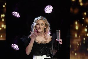 Zara Larsson tar emot priset Årets artist under Grammisgalan.