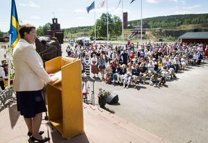 Landshövding Ylva Thörn talar från Gruvmuseets trappa under nationaldagen.