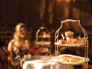 På Brown's serveras afternoon tea på traditionellt vis - teet i en silverkanna och bakverken ligger på ett trevåningsfat.